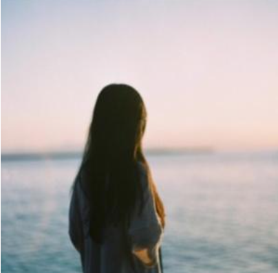 望著海上日出的女孩