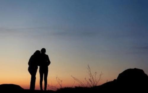 治愈系——女孩和媽媽依偎看日出