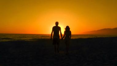 日出時牽手的情侶